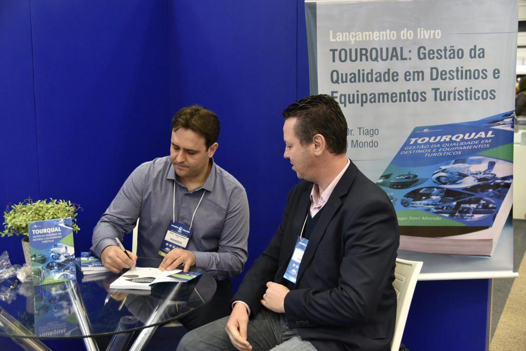 """professor Tiago Mondo lançou o livro """"Tourqual"""